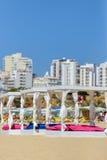 некоторые кровати и sunloungers в пляжном клубе Стоковая Фотография RF