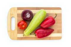 Некоторые овощи на разделочной доске Стоковые Фото