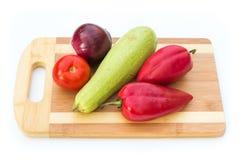 Некоторые овощи на разделочной доске Стоковое Изображение RF