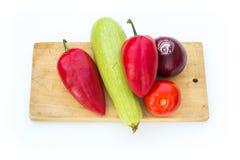 Некоторые овощи на разделочной доске Стоковая Фотография