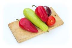 Некоторые овощи на разделочной доске Стоковые Изображения RF