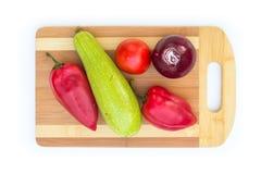 Некоторые овощи на разделочной доске Стоковые Фотографии RF