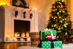 Некоторые подарки на рождество в живущей комнате заполненной вверх стоковая фотография rf