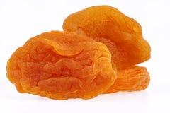 Некоторые плодоовощи высушенного абрикоса изолированного на белой предпосылке Стоковое фото RF