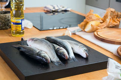 Некоторые рыбы на кухонном столе Стоковые Фотографии RF