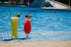 Некоторые свежие коктеили на бассейне Стоковое Фото