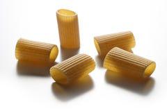Некоторые части макаронных изделий wholemeal макарон изолированных на белом backgr Стоковое Изображение