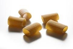 Некоторые части макаронных изделий wholemeal макарон изолированных на белом backgr Стоковое Изображение RF
