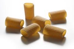Некоторые части макаронных изделий wholemeal макарон изолированных на белом backgr Стоковые Фотографии RF