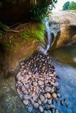 Некоторые штабелируя утесы и водопад в запруде Kampili Стоковые Фото