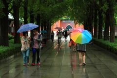 Некоторые людей идут в парк Пекина вниз стоковое фото