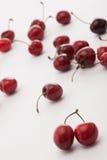 Некоторые cherrys на таблице Стоковая Фотография RF