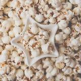 Некоторый домодельный попкорн как детальная съемка конца-вверх, играет главные роли форменный шар, взгляд сверху Фильтр штейна In стоковая фотография rf