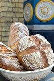 Некоторый очень вкусный дисплей домодельного хлеба на рынке близко к вокзалу Стоковое фото RF