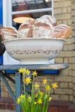 Некоторый очень вкусный дисплей домодельного хлеба на рынке близко к вокзалу Стоковые Фото