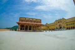 Некоторый турист посещая красивый старый дворец, в янтарном форте, расположенном в Amer, Раджастхан, Индия Amer городок с Стоковая Фотография RF