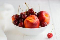 Нектарины, вишни с капельками воды в белом шаре Стоковое Изображение