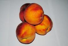 Нектарины на белой предпосылке, макрос персиков стоковая фотография rf