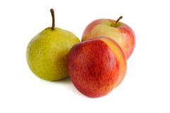 Нектарин и груша и яблоки расположены как треугольник на белой предпосылке Стоковые Изображения