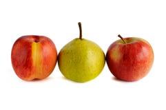 Нектарин и груша и яблоко в ряд на белой предпосылке Стоковая Фотография