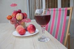 Нектарин, персики и сливы с падениями воды на деревянной таблице стеклянное красное вино Стоковая Фотография RF