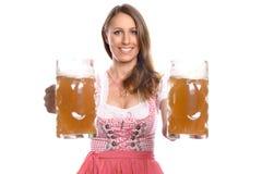 Немецкая или баварская официантка с кружками пива Стоковые Фото