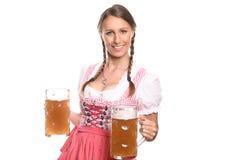 Немецкая или баварская официантка с кружками пива Стоковые Изображения