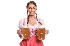 Немецкая или баварская официантка с кружками пива Стоковое фото RF