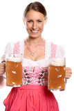 Немецкая или баварская официантка с кружками пива Стоковые Изображения RF