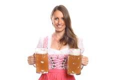 Немецкая или баварская официантка с кружками пива Стоковое Изображение RF