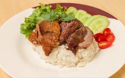 Немецкая костяшка свинины с рисом, овощем и плодоовощ служила с соусом стоковое изображение