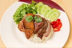 Немецкая костяшка свинины с рисом, овощем и плодоовощ служила с соусом стоковое фото rf