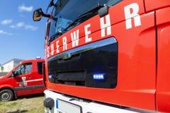 Немецкая пожарная машина стоит на месте раскрытия Стоковые Изображения RF