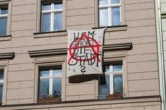 Немецкая смертная казнь через повешение лозунга протеста на фасаде здания в Берлине говорит стоковые изображения