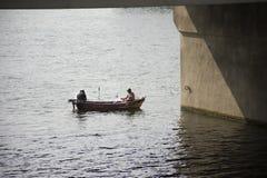 Немецкие люди удя и двигая под углом в Реке Neckar под мостом Стоковые Фото
