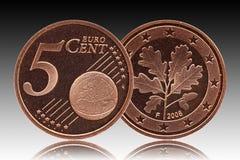 Немецкие монетка Германии цента евро 5, лицевая сторона 5 и глобус мира, лист дуба задней стороны стоковая фотография