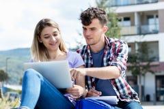 Немецкие пары студента подготавливая для экзамена стоковое фото