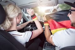 Немецкие футбольные болельщики внутри автомобиля стоковые фотографии rf
