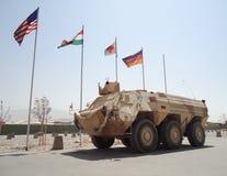 Немецкие armored fuchs корабля машины скорой помощи перед национальными флагами Стоковые Изображения RF