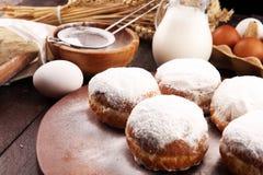 Немецкие donuts или берлинец с ингредиентом на деревенской предпосылке стоковое изображение rf