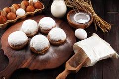 Немецкие donuts или берлинец с ингредиентом на деревенской предпосылке стоковое изображение