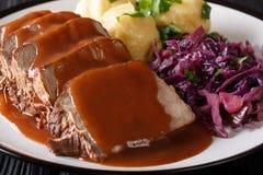 Немецкий бак Sauerbraten жаркого служил с варениками и re картошки стоковое фото