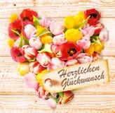 Немецкий день рождения желает на красочном флористическом сердце стоковая фотография