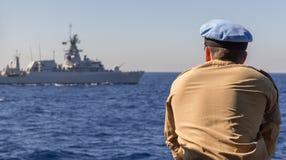 Немецкий капитан военного корабля смотрит к другому военному кораблю Стоковые Фотографии RF