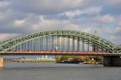 Поезд на мосте на Рейне Кельн Германии стоковая фотография