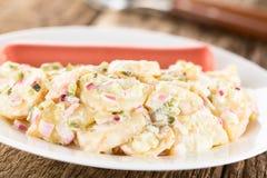 Немецкий салат картошки Kartoffelsalat с сосиской стоковая фотография rf