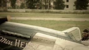 Немецкий самолет боя с пропеллером и свастикой управляет авиапортом сток-видео