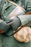 Немецкий солдат с винтовкой в его руках Стоковые Изображения