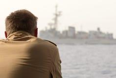 Немецкий солдат военного корабля смотрит к другому военному кораблю Стоковые Изображения RF