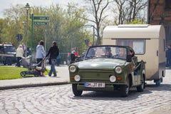 Немецкий trabant автомобиль с трейлером управляет на улице стоковые изображения